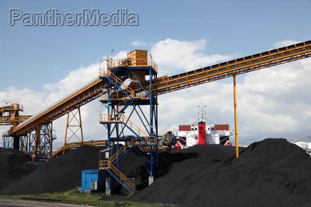 carbon negro en el puerto industrial