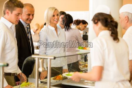 companyeros de negocios cocinan servir comida