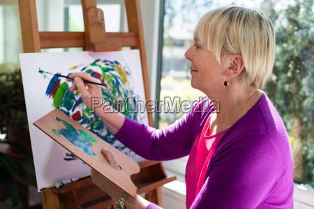feliz pintura mujer mayor para la