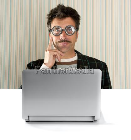 nerd pensativo hombre gafas de expresion