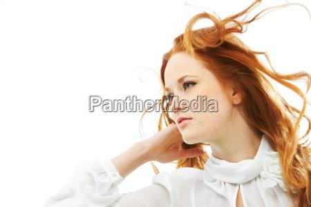 mujer de pelo rojo