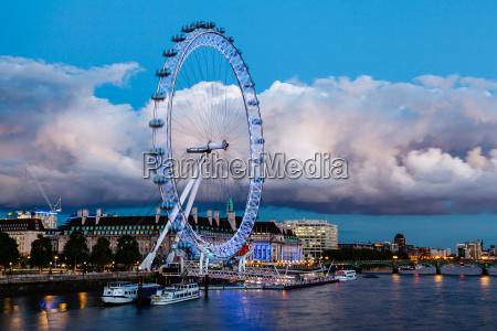 london eye y nube enorme en