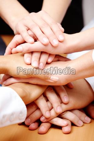 gesto mano amistad manos apreton de