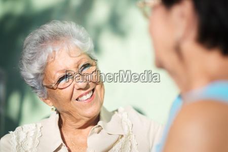 viejos amigos dos mujeres mayores felices