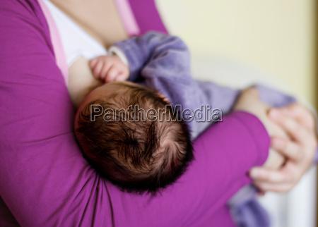 alimentar al bebe recien nacido