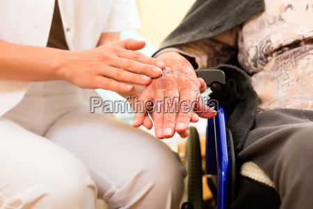 edad y cuidado cuidador y un