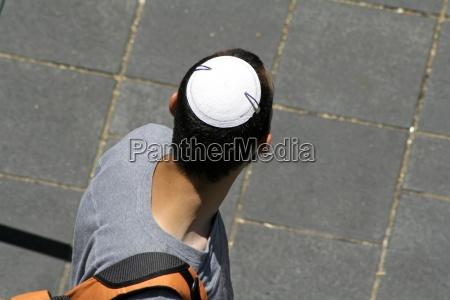 hombre que llevaba kipa judio jerusalen