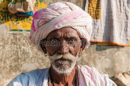 un hombre indio que se sienta