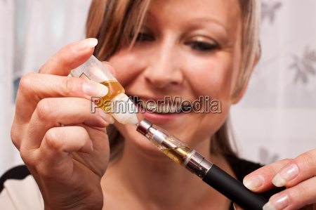 cigarrillo primer plano vapor electrico detalles