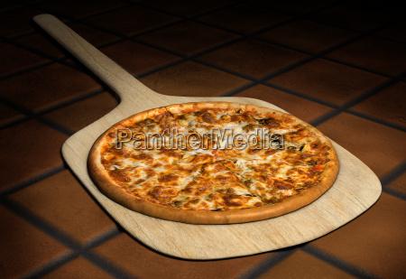 pizza en una cascara de madera