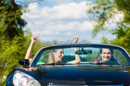 pareja joven con convertible en verano
