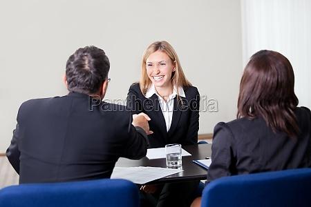 mujer dandose la mano en la
