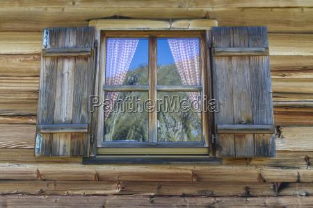 cabanya de madera con ventana en