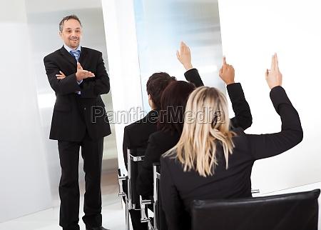 gente de negocios en la conferencia