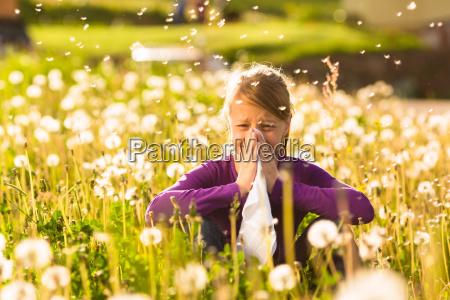ninya sentada en una pradera con