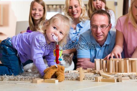 la familia juega en casa