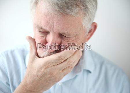 el hombre siente nauseas