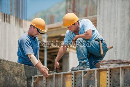 dos trabajadores de la construccion que