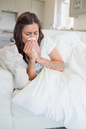 mujer morena que se siente enferma