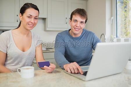 joven pareja de compras en linea