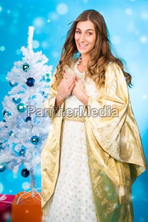 ninyo de navidad frente al arbol