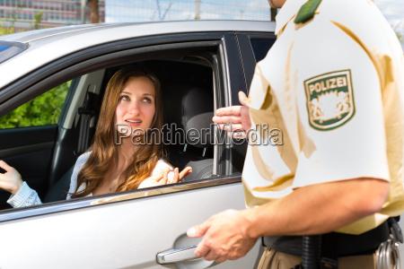 mujer con la policia o patrulla