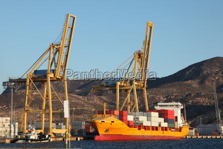 buque portacontenedores en el puerto de