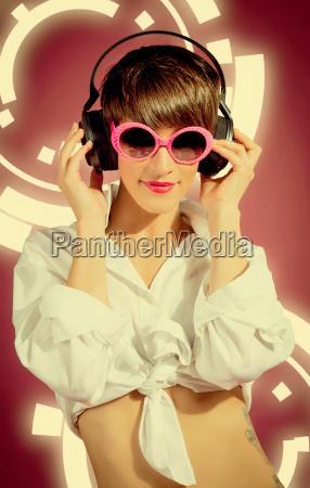 mujer con los auriculares escuchando musica