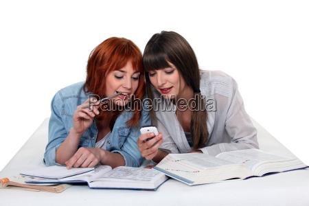 las mujeres jovenes que toman un