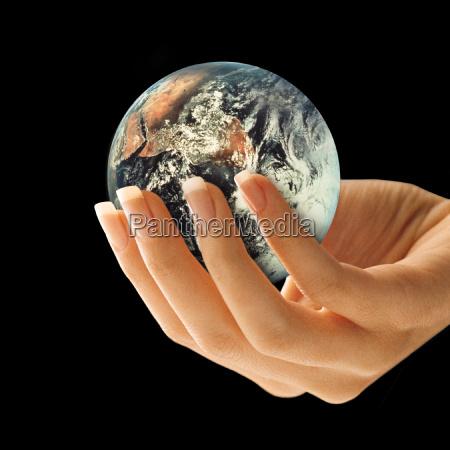 tierra en mano