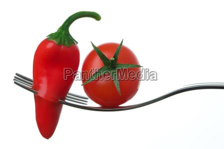aji y tomate en un tenedor