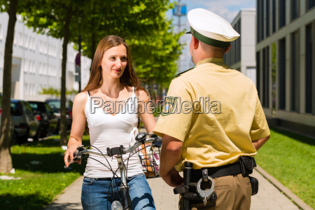 mujer en bicicleta con la policia