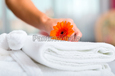 mujer del servicio de habitaciones en