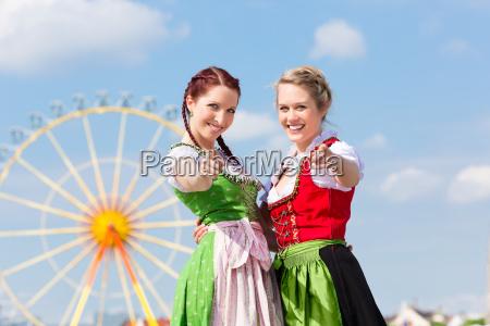 mujeres jovenes en el dirndl tradicional