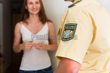 mujer policia llamar hombre
