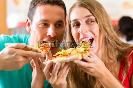el hombre y la mujer comen