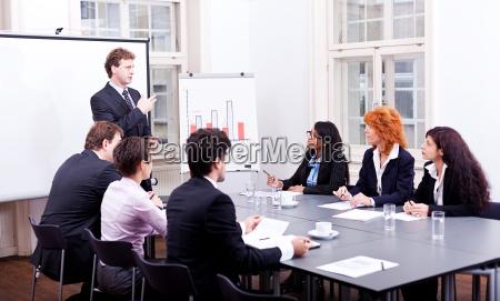 empresarios en una mesa en una