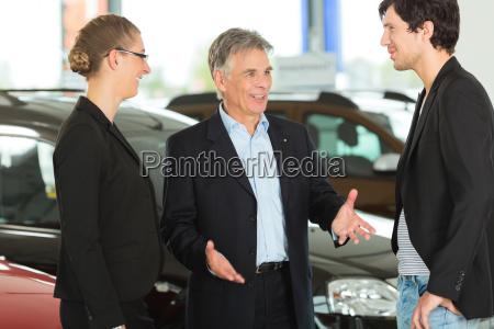 hombre anciano con coches y pareja