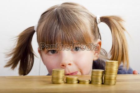 chica busca en torres de dinero