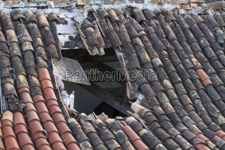 gran agujero en el techo de