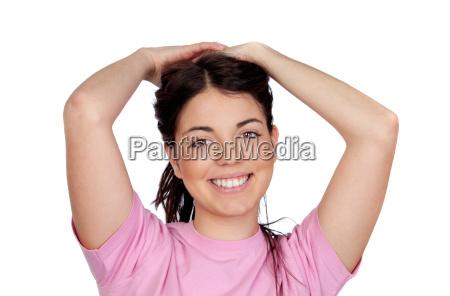 chica guapa joven tocando su cabello