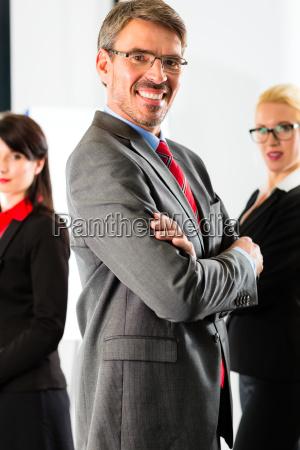 negocios un grupo de hombres