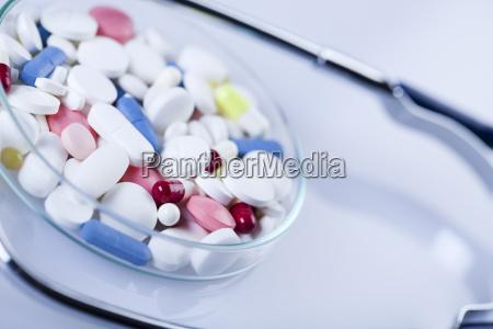 tabletas medicamentos y estetoscopio