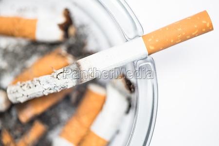 cierre de cigarrillo en cenicero sobre