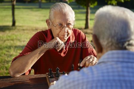 jubilados activos dos hombres mayores jugando