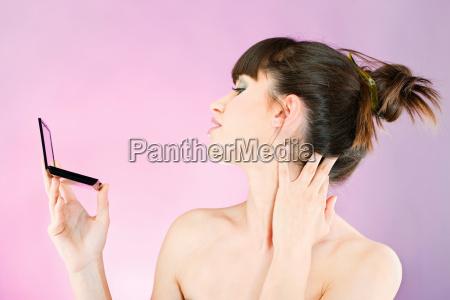 mujer revisando la piel de la