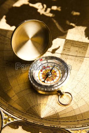 instrumento de navegacion mapa y brujula