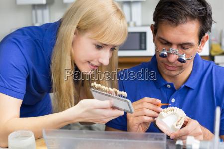 tecnicos dentales en laboratorio dental