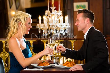 pares durante una cita romantica en