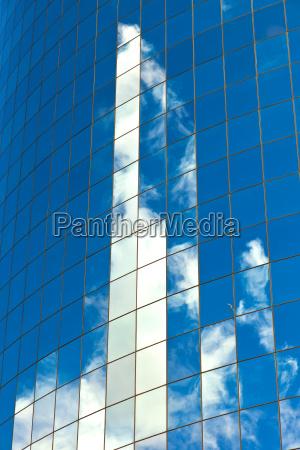 fachada, de, rascacielos, con, reflejo, del - 8918370